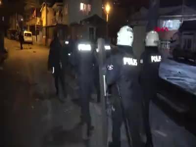 İzmit'te mahalle karıştı, polise taşlı sopalı saldırı 6 polis yaralı