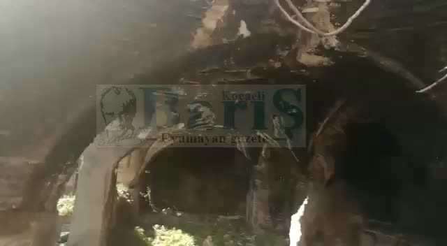 İzmit Cedit Mahallesi Tepeli Sokak'ta tarihi kalıntılar yıkıntıların arasında