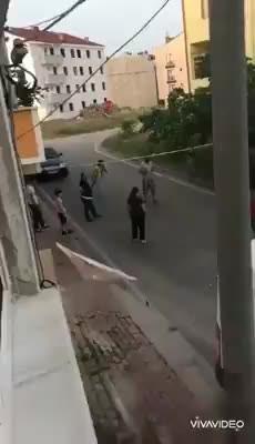 Gebze'de bir sokaktaki çocuklar ve vatandaşlar, polisi görünce böyle kaçtı