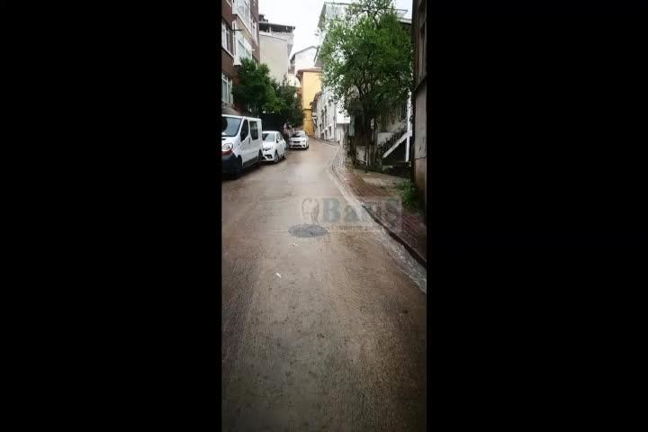 Mazgallar tıkandı, orta kuvvet sağanak yağışta İzmit'te sel oluştu