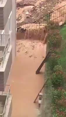 Vatandaşın bahçesini sel bastı