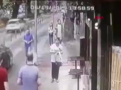 İzmit'te asırlık çınarın devrilme anı kameralara yansıdı