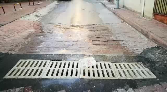 İzmit Hacıhızır Mahallesi'nde lağım suyu metrelerce akıyor