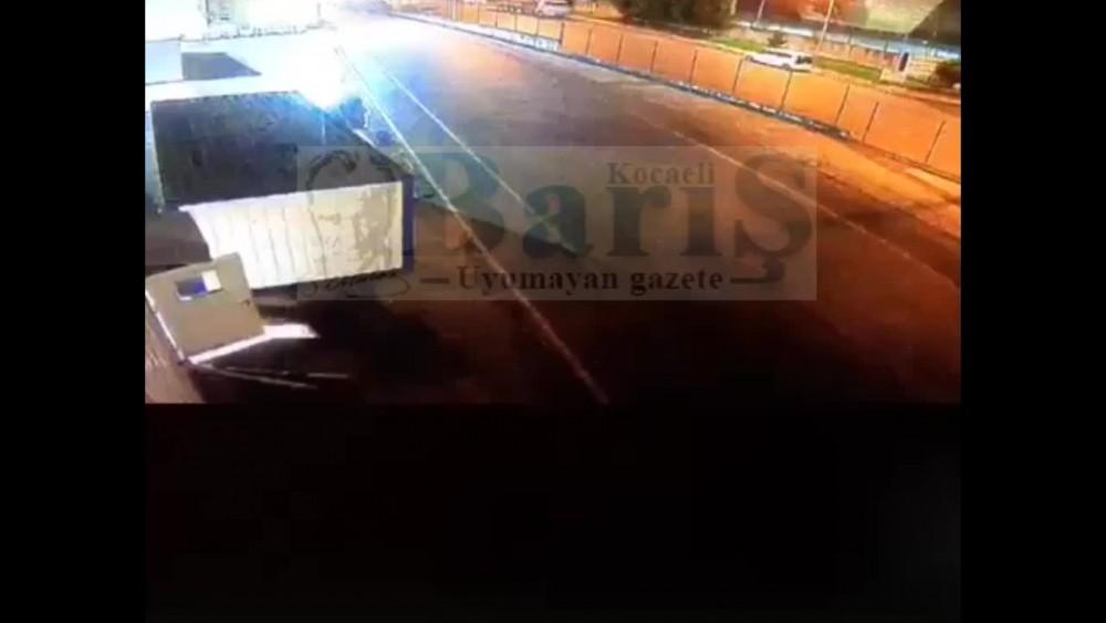 Kartepe Arslanbey OSBde park halindeki TIR, freni boşalınca hareket etmeye başladı, önündeki aracı böyle sürükledi