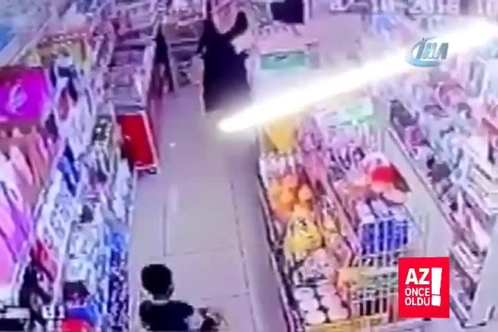 İstanbul Sancaktepede bir genç kız, markette alışveriş yaptığı sırada tanımadığı bir şahsın yumruklu saldırısına uğradı. - - Saldırı anı güvenlik k